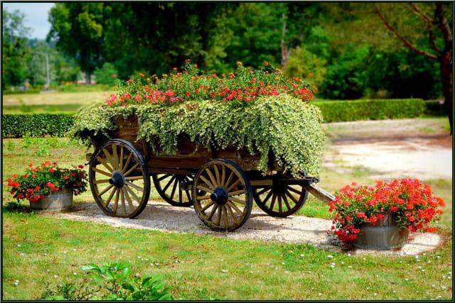 Une charrette fleurie.