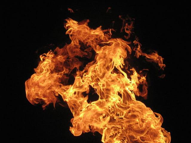 Une flamme déchirant la nuit