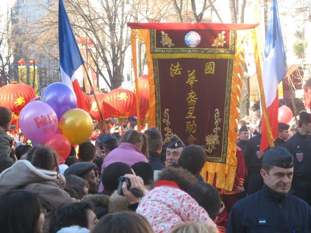 Une foule compacte pour le défilé