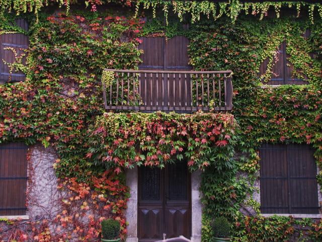 Une maison en automne.