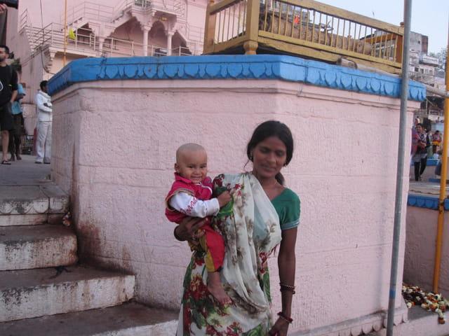 Une mère et son enfant sur les ghats
