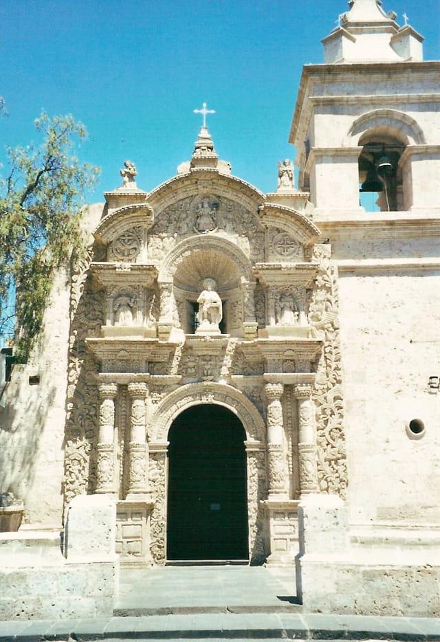 Une porte d'église