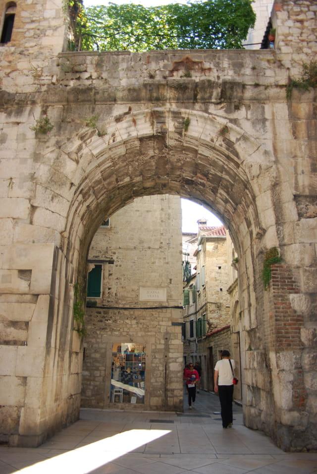 une porte d'entrée dans le Palais de l'Empereur Dioclétien