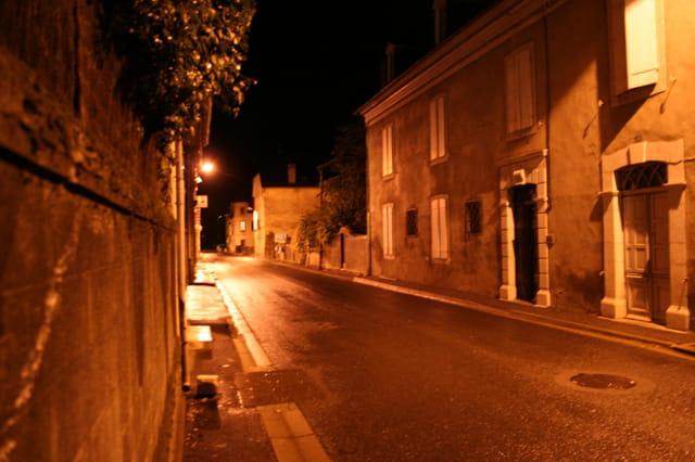 Une rue la nuit