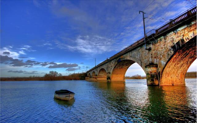 Une seule barque sous le pont