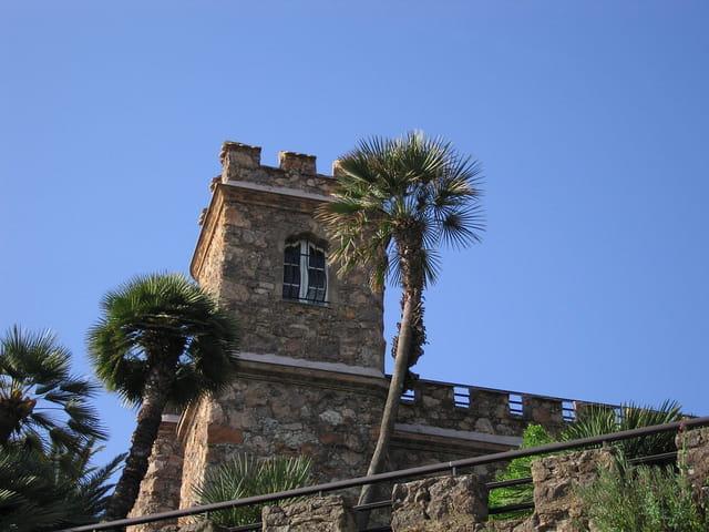 Une tour dans  le bleu du ciel