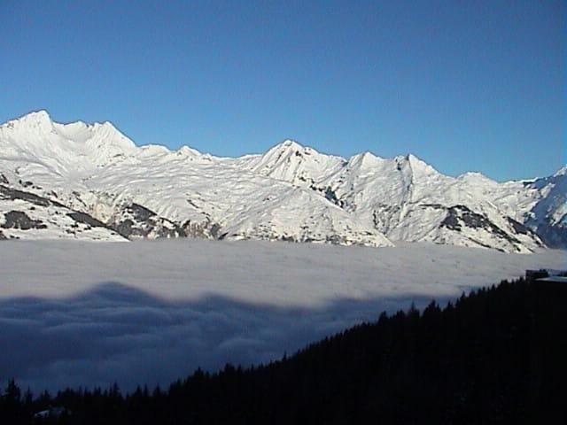 Vallée couverte de nuages