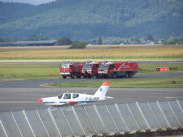 VEHICULES de POMPIERS - AEROPORT TARBES - LOURDES.