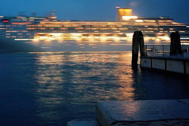 Venise. paquebot sur le canal