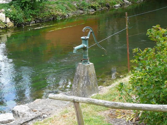 Vieille pompe à eau