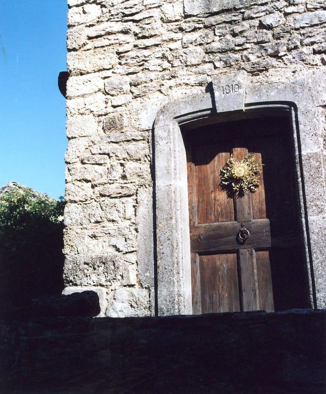 Vieille porte à La Couvertoirade.