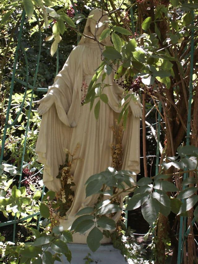 Vierge dans végétation