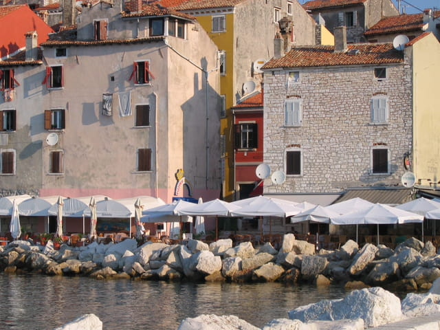 Vieux immeubles sur le port