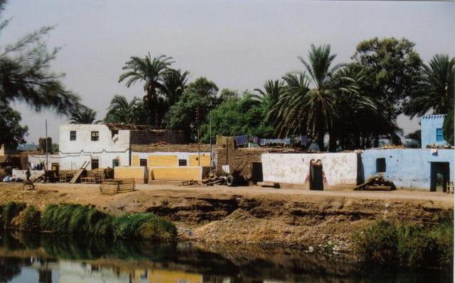 Village au bord du canal
