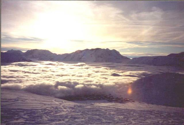 Village dans les nuages