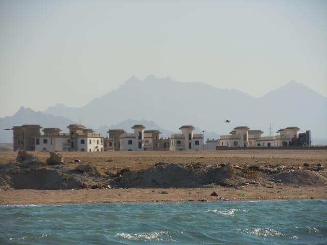 Village sur fond de Moyen Atlas