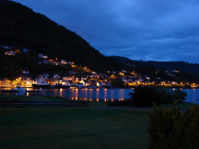 Village typique de Norvège de nuit