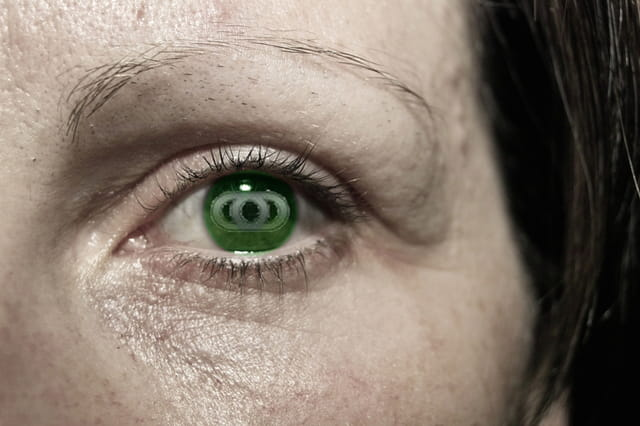 Visage noir et blanc oeil vert