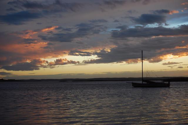 voilier dans le coucher de soleil