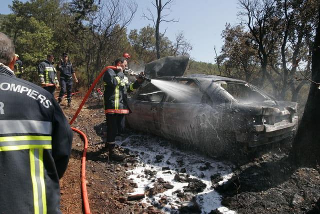 Voiture brûlée dans la forêt