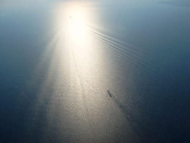 Vue d'avion d'un bateau sur la mer