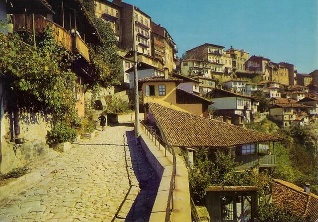 Vue de la ville Véliko Tirnovo en Bulgarie en juillet 1966