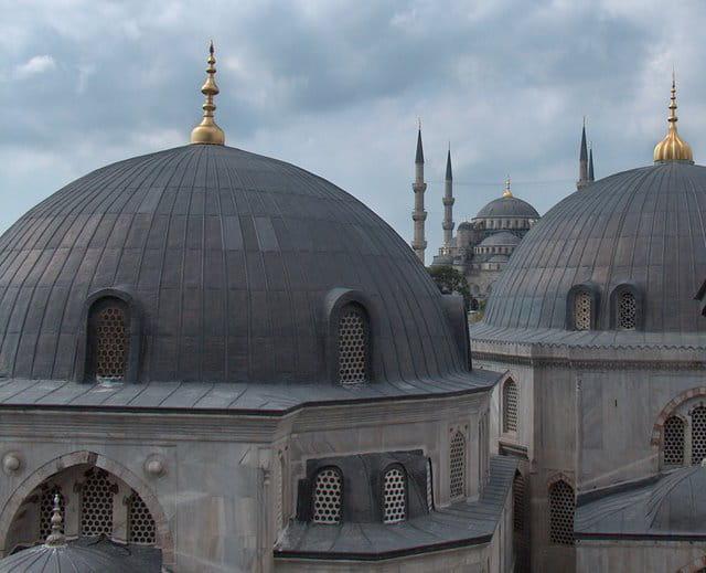 Vue depuis Sainte-Sophie sur la Mosquée bleue