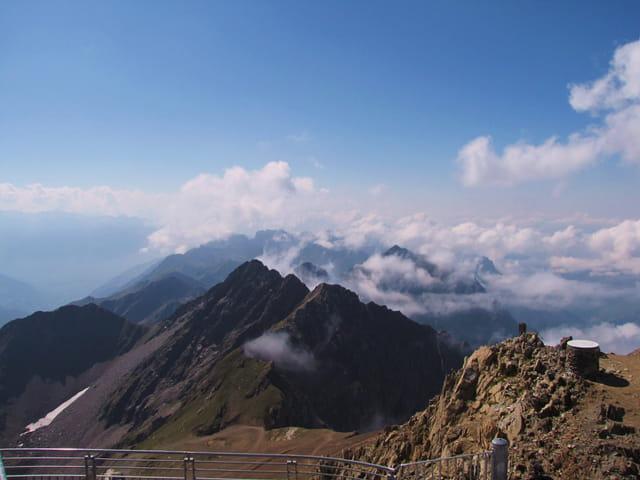 Vue des massif montagneux depuis le Pic du Midi. - Audessus des nuages!