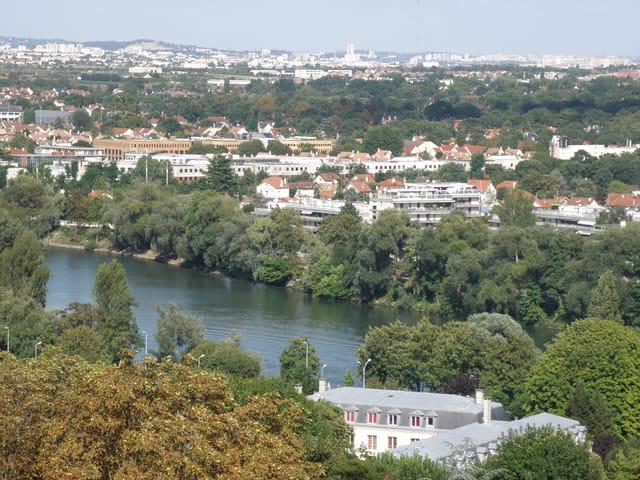 Vue sur la rive droite de la Seine, au  Pecq