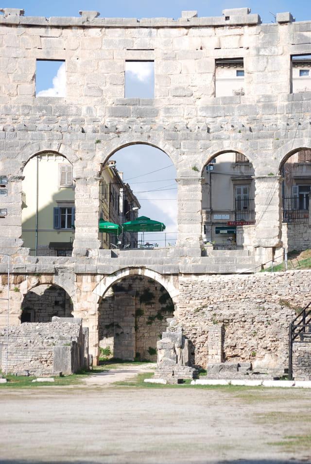 vue sur la ville depuis l'amphithéâtre romain de Pula