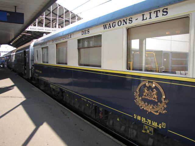 WAGON - Cie INTERNATIONALE DES WAGONS-LITS, en gare de TARBES.