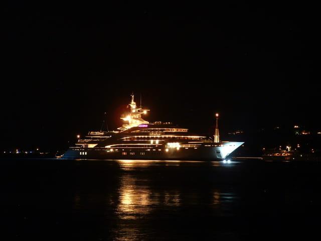 Yacht entrant au port