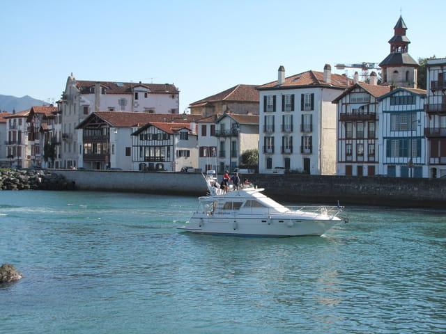 Yacht - Port de Saint Jean de Luz.