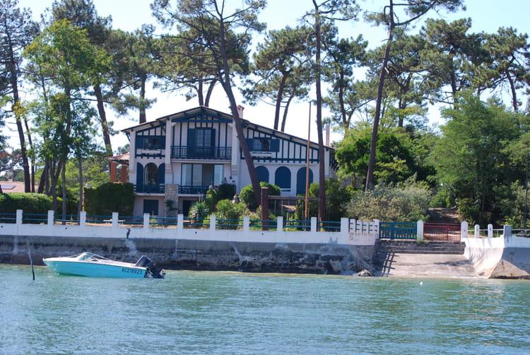 Belle maison ancienne au bord du bassin d 39 arcachon par for Belles maisons du bassin