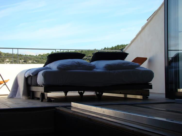 dormir la belle toile dans un lit douillet par isa lichtenthurn sur l 39 internaute. Black Bedroom Furniture Sets. Home Design Ideas