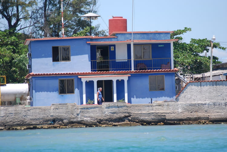 la maison bleue au bord de l 39 eau par genevieve lapoux sur l 39 internaute. Black Bedroom Furniture Sets. Home Design Ideas
