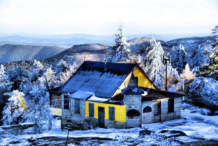 la maison jaune par vilardouro paulo sur l 39 internaute. Black Bedroom Furniture Sets. Home Design Ideas