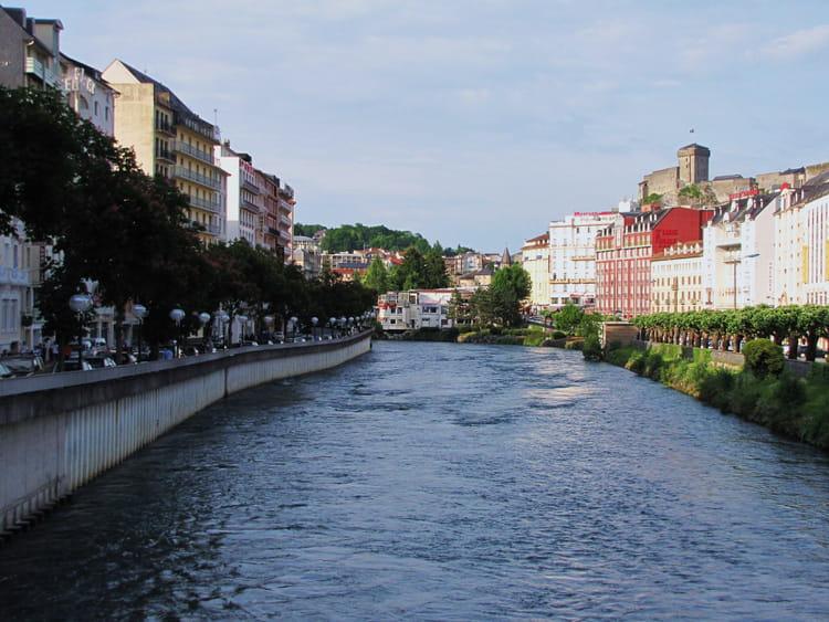 Le centre ville de lourdes par jean marc puech sur l for Piscine lourdes