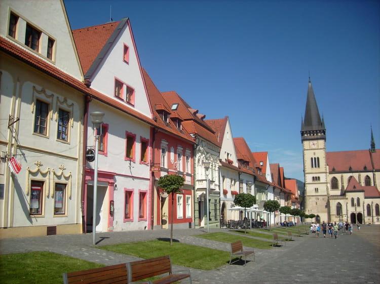 Les maisons bourgeoises de la partie ouest de la place de - La maison de la place saignon ...