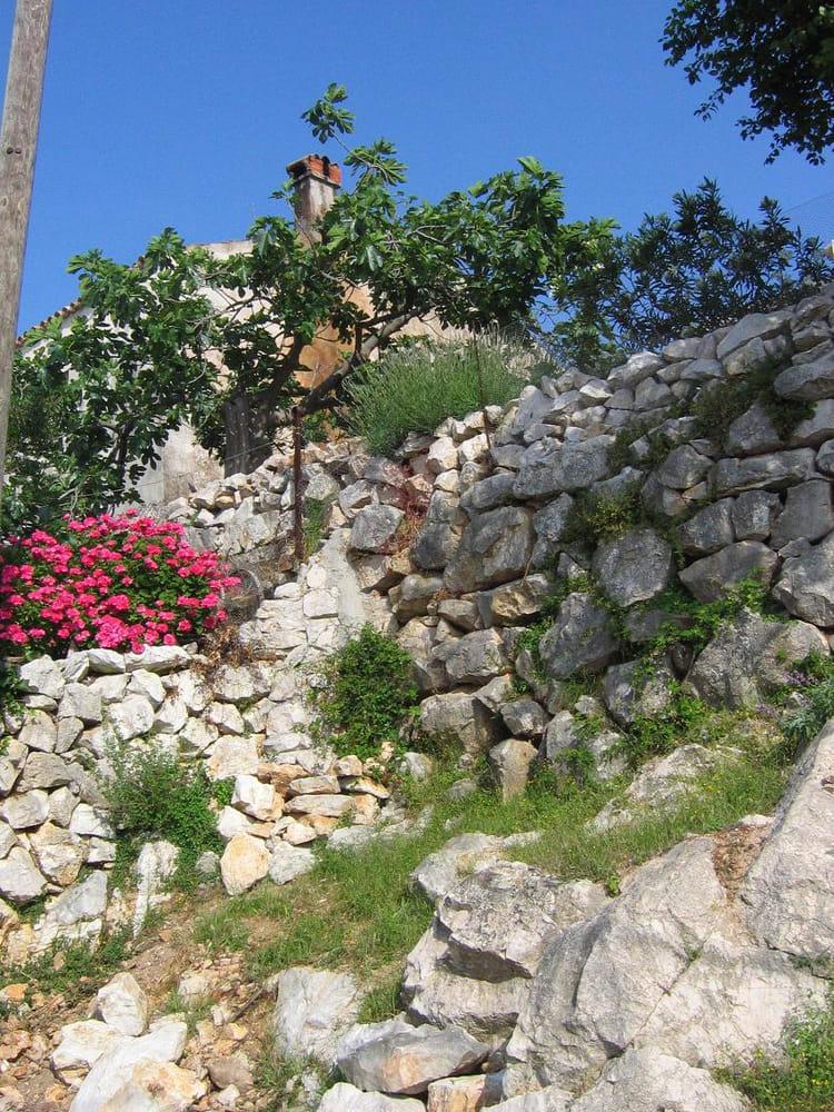 les vieux murs de pierres par marie rose kordic sur l 39 internaute. Black Bedroom Furniture Sets. Home Design Ideas