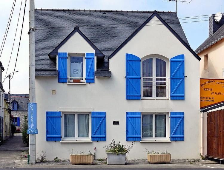 les volets bleus par serge agombart sur l 39 internaute. Black Bedroom Furniture Sets. Home Design Ideas