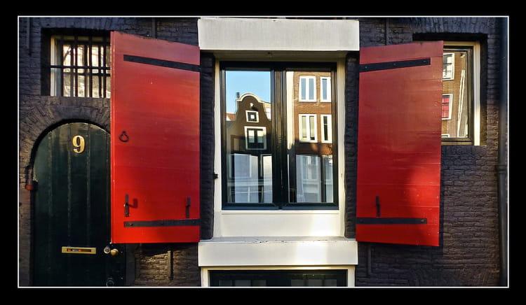 les volets rouges par babeth bonnereau sur l 39 internaute. Black Bedroom Furniture Sets. Home Design Ideas