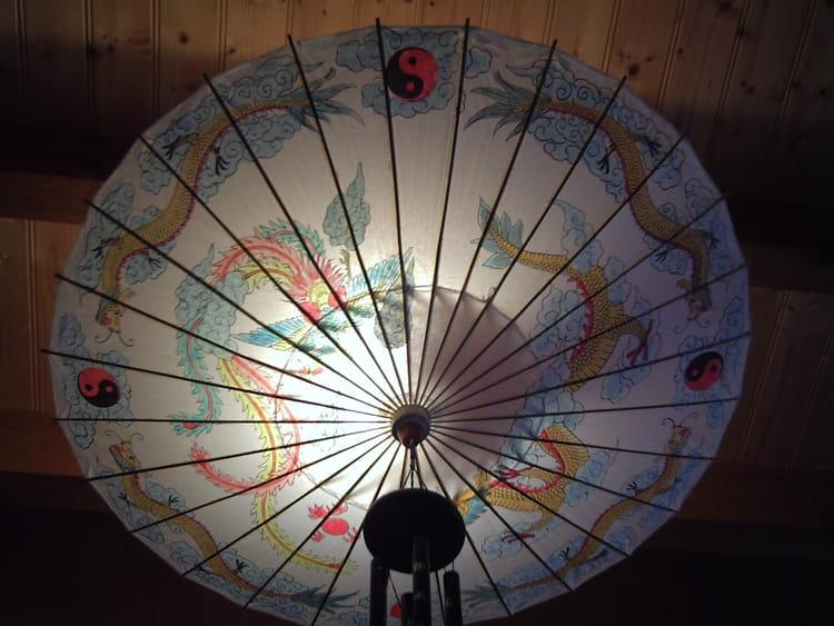 ombrelle lustre asiatique par genevieve lapoux sur l 39 internaute. Black Bedroom Furniture Sets. Home Design Ideas