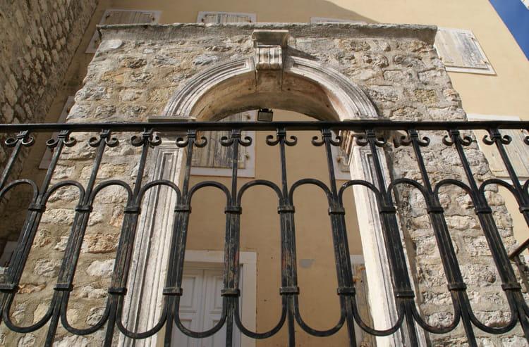Porte ouverte sur maison aux volets clos par marc chartier for Porte ouverte maison