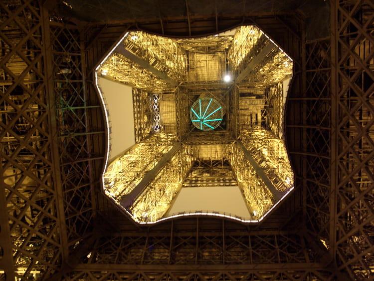Vue de l 39 int rieur de la tour eiffel par f nerveux par for A l interieur de la tour eiffel